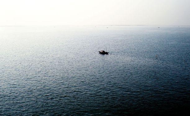 Ruotsiin saavuttiin kumiveneellä. Kuvituskuva.