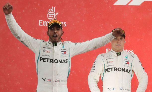 Lewis Hamilton tuuletti Saksan GP:n voittoa.