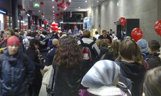 Kauppakeskuksen kapea yhdyskäytävä ruuhkautui pahoin, kun innokkaat fanit halusivat nähdä idolinsa.