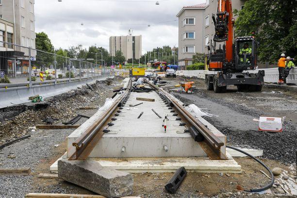 Perusväylien kunnossapitoon tulee mittavia satsauksia. Kuva Tampereelta, jonne rakennetaan parhaillaan raitiotietä.
