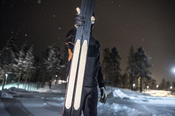 Karvapohjasuksissa on mohair-karvasta valmistettu vaihdettava karvamatto, joka takaa perinteisen hiihtäjälle hyvät pito-omaisuudet lähes kelissä kuin kelissä.