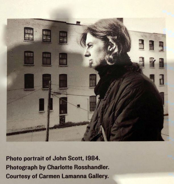 Gallerian seinällä roikkuu John Scottin kuva.