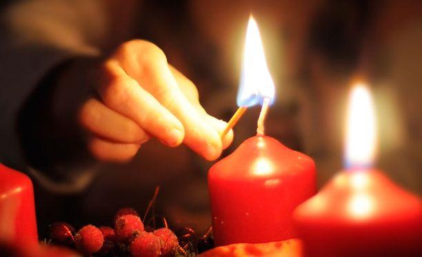 Kynttilänliekki on kaunis, mutta vaatii valvontaa.