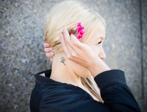 Heidin niskassa oleva tatuointi kuvastaa rakkautta.