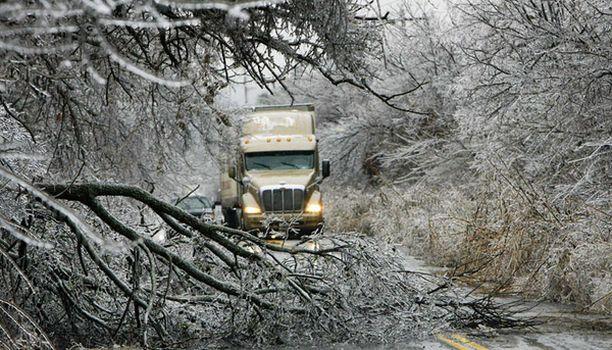 Kaatuneet puut estivät liikenteen etenemisen Oklahomassa viime viikolla.