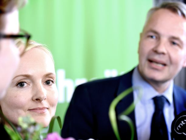 Tuoreet ministerit Krista Mikkonen ja Maria Ohisalo kuuntelivat, kun tuore ministeri Pekka Haavisto puhui vihreiden maratonkokouksen jälkeen.