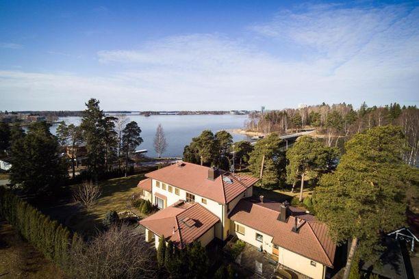 Helsingin Kaskisaaressa sijaitsevasta kaupunkihuvilasta pyydetään 5,7 miljoonaa euroa. Rakennuksella on puolen hehtaarin piha, joka rajoittuu omaan rantaan. Rannassa on venelaituri.