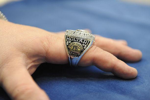Jukka Holtari sai Boston Bruinsilta mestaruussormuksen vuoden 2011 Stanley Cup -voiton kunniaksi.
