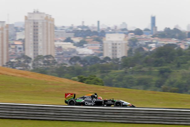 Force Indian formula Interlagosin radalla vuonna 2014. Taustalla näkyy São Paulon kaupunki.