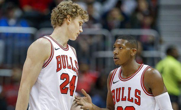 Lauri Markkanen ja Kris Dunn hupailivat Chicago Bullsin mediapäivässä.