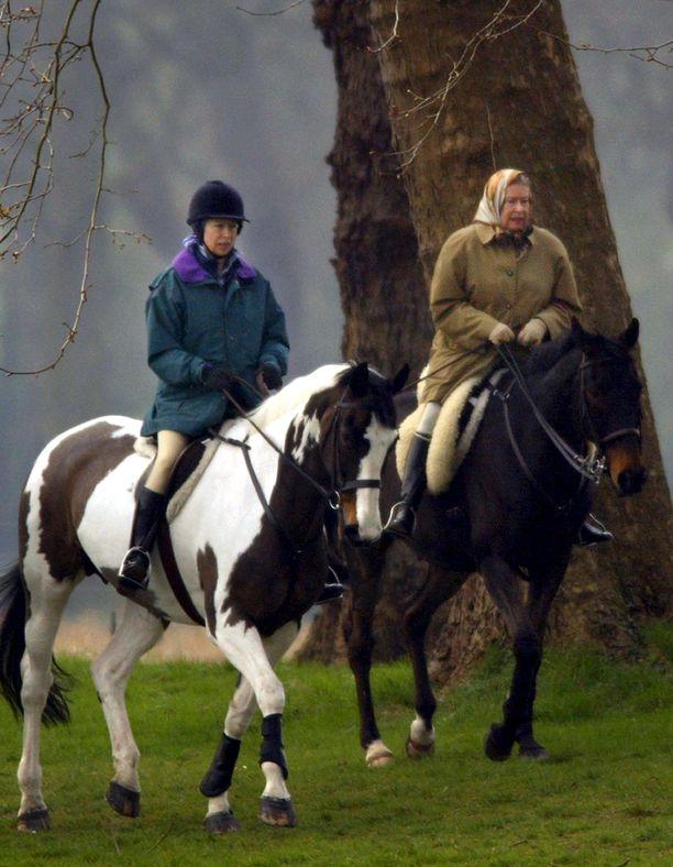 Prinsessa Anne ja kuningatar Elisabet rakastavat hevosia.