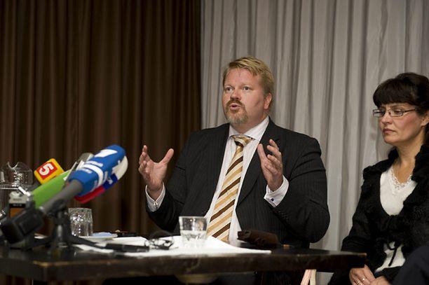 Johan Bäckman on puolustanut julkisesti Rimma Salosta Antonin huoltajuuskiistassa.