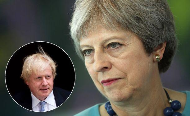 Britannian pääministeri Theresa May (oikealla) on joutunut puolustuskannalle Brexit-suunnitelmansa kanssa. Muun muassa ulkoministeri Boris Johnson on eronnut suunnitelman vuoksi.