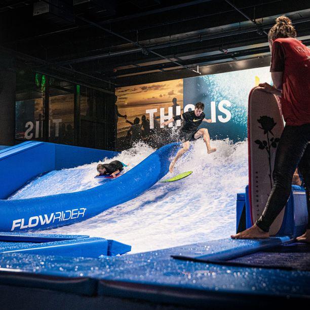 Surf House Finland Oy on yksi Business Finlandilta 100 000 euron kehittämisrahoituksen saaneista yrityksistä. Surf House Helsinki on suljettu toistaiseksi koronavirustilanteen takia.