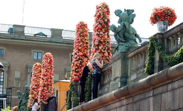 Puolenpäivän aikaan Logårdenin juhlailmettä viimeisteltiin vielä. Vieraat kävelevät vihkimisen jälkeen punaista mattoa pitkin vastaanottoseremoniaan.