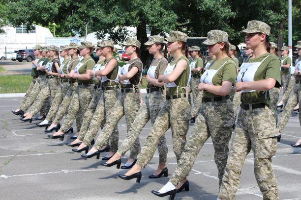 Naissotilaat harjoittelevat ensi kuussa pidettävää maan itsenäistymisen 30-vuotisparaatia varten.