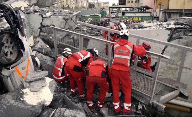 Pelastustyöntekijät löysivät kolmihenkisen surmansa saaneen perheen murskautuneesta autosta.