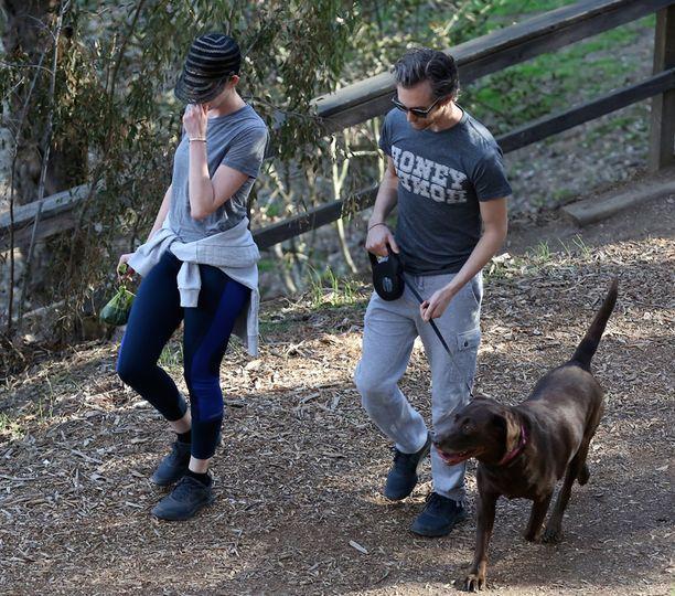 Anne Hathawayn nähtiin kantavan koirankakkapussia myös toissapäivänä.