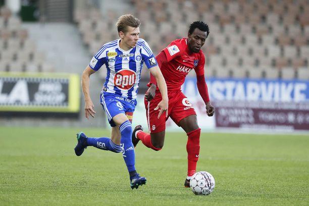 Palloliitto on käynnistänyt tutkinnan HJK:n ja Interin välisen ottelun tapahtumista. Kuvassa HJK:n Riku Riski ja Interin Abdoulie Mansally.