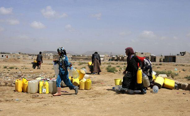 Punainen Risti yrittää lisätä huomattavasti tukeaan Jemenille, mutta avun saamisessa perille on suuria vaikeuksia. Kuvassa nainen ja tyttö vedenhakureissulla Sanaan kaupungissa maaliskuussa.