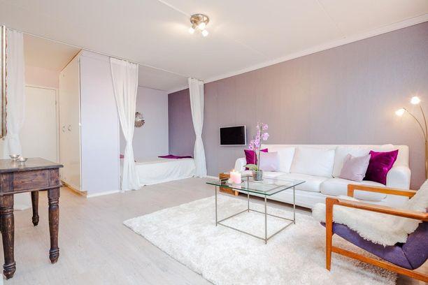 Kaapin ja avattavien verhojen taakse kätkeytyy soma makuusoppi. Violetin ja valkoisen värin harmonia on mietitty ja tila näyttää mietityltä. Alkovin sänky voi myös toimia ylimääräisenä sohvana.