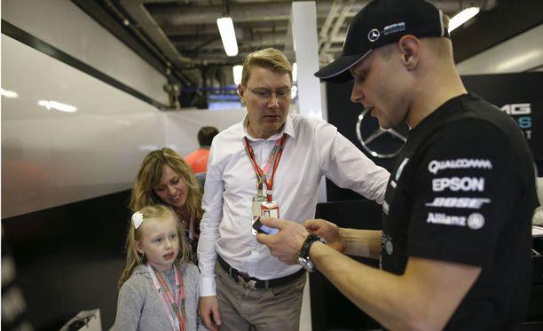 Mika Häkkinen oli paikalla Abu Dhabissa viime kauden päätöskisassa, jonka Valtteri Bottas voitti.