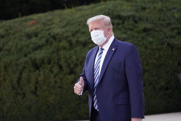 Trump palasi Valkoiseen taloon maanantaina vietettyään muutaman päivän sairaalassa.