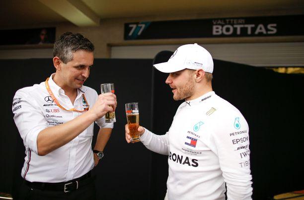 Riccardo Musconi (vasemmalla) skoolasi Bottaksen kanssa Meksikon GP:ssä.