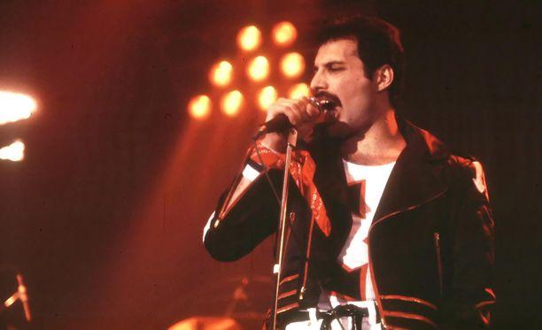 Freddie Mercury on yksi kaikkien aikojen valovoimaisimmista artisteista. Freddie Mercury sairasti aidsia ja hän kuoli marraskuussa 1991.