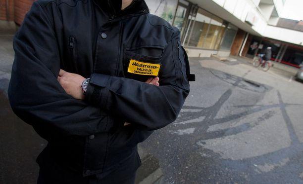 Lakiesityksessä ehdotetaan, että järjestyksenvalvojat voisivat työskennellä vastaanottokeskuksissa. Heillä on vartijoita laajemmat oikeudet.