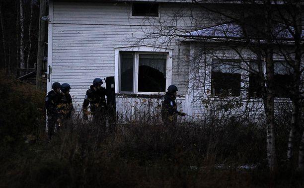 Poliisi epäili, että Sonkajärven haulikkomies piileskeli asumattomassa omakotitalossa Raahessa.