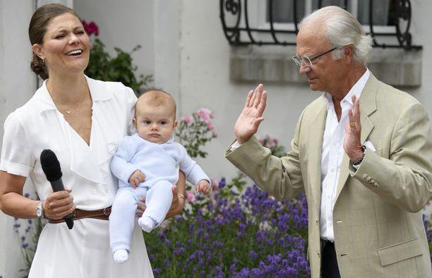 Kruununprinsessa Victorian syntymäpäivillä Oscaria ei mediamylläkkä häirinnyt. Edes kuningas Kaarle Kustaa ei saanut prinssin huomiota, yrityksistään huolimatta.