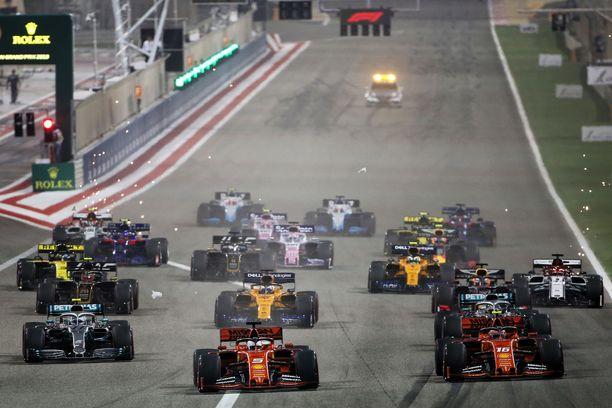 Hiekka pölisi vuosi sitten Bahrainin GP:n startissa.