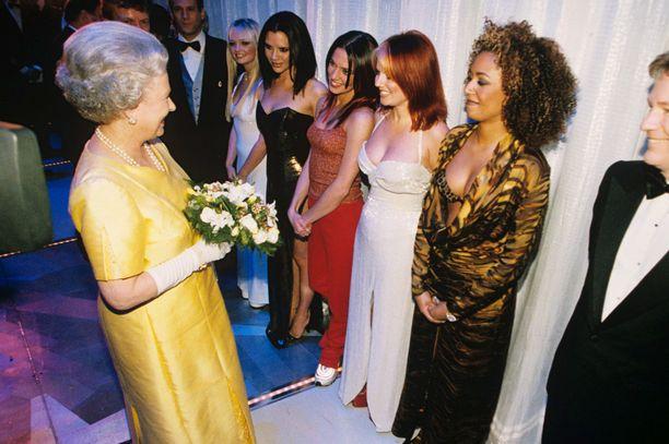 Kuningatar Elizabeth II ja tyylilleen uskolliset Spice Girlsit juhlatunnelmissa vuonna 1997.