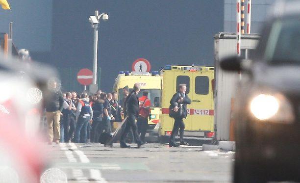 Belgialaismiehen mukaan lentokentän sisällä on vielä tuhansia ihmisiä.