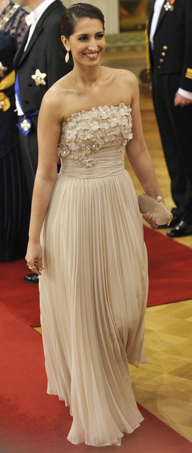 Nasiman korulinja oli harkitun pelkistetty, jolloin kaunis puku pääsi parhaiten oikeuksiinsa.