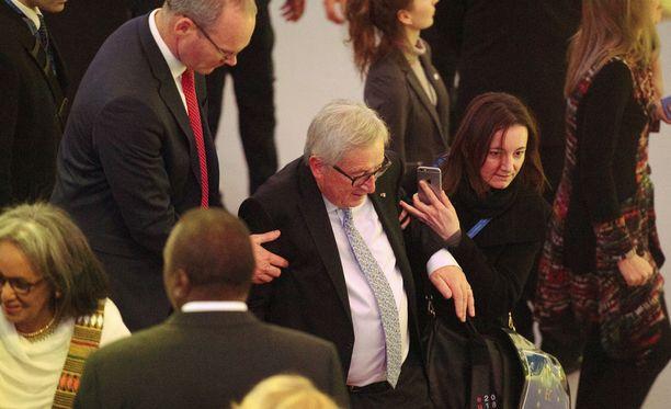 EU-komission puheenjohtaja oli vähällä kaatua saapuessaan tervetuliaisillallisille Hofburgin palatsiin Wienissä.