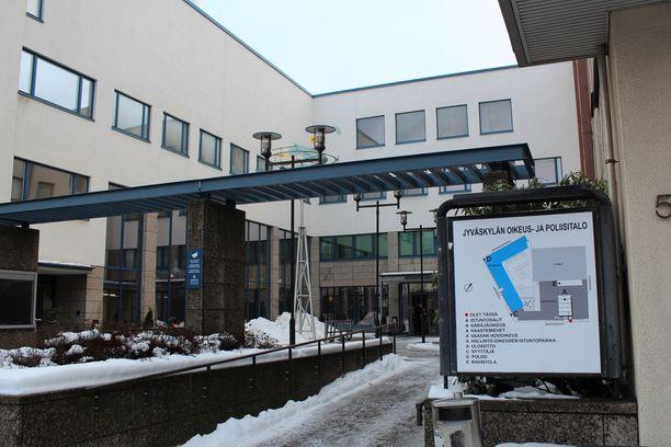 Oikeutta käytiin Jyväskylässä suljetuin ovin nuorten uhrien suojelemiseksi.