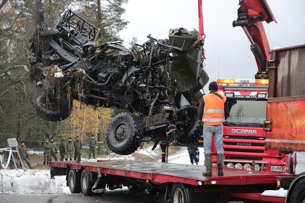 Turma-auto kuljetettiin pois onnettomuuspaikalta torstaina päivällä.