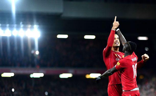 Sadio Mané ja Virgil Van Dijk tuulettavat Liverpoolin kolmatta maalia.