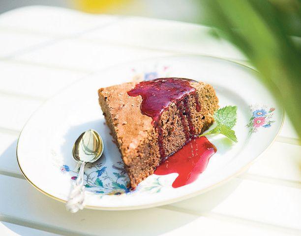 Keväisen sunnuntailounaan kruunaa ranskalainen suklaakakku.