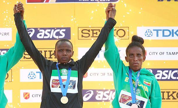 Etiopian Girmawit Gebrzihairin (oik.) juoksi 5 000 metrillä MM-pronssia Tampereella heinäkuussa. Kultaa voitti Kenian 18-vuotias Beatrice Chebet.