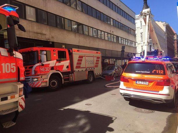 Helsingin Annankadulla syttyi tulipalo sunnuntaina. Paloa sammuttamaan tarvittiin useita pelastuslaitoksen yksiköitä. Poliisi tutkii palon syttymissyytä.