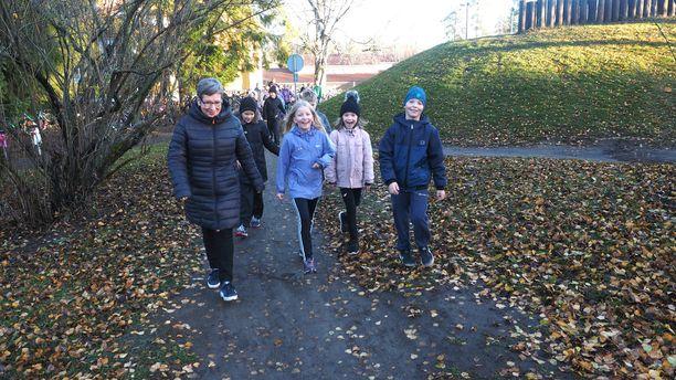 Törnävän alakoulun 2A-luokan oppilaat marssivat opettaja Minna Rytylän johdolla syömään.
