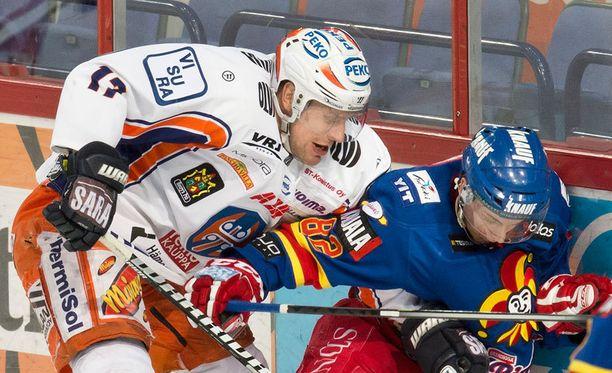 Ville Nieminen taisteli kiekosta Henrik Koiviston kanssa.