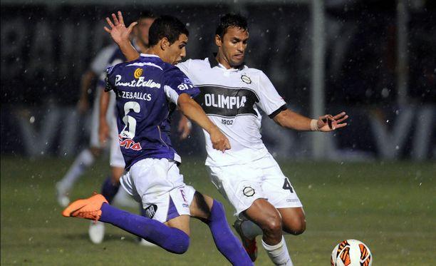 Sebastián Ariosa (oikealla) pelaa nykyään uruguaylaisseura Defensor Sportingissa.