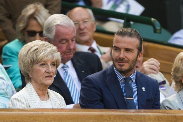 David Beckham nähdään myös usein äitinsä Sandra Beckhamin seurassa. Kuvassa kaksikko Wimbledonin tennisturnauksen kuninkaallisessa katsomossa heinäkuussa 2017.