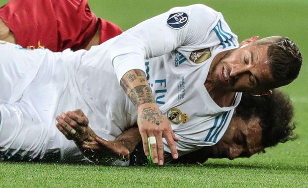Sergio Ramos (valkoisessa paidassa) päätti Mohamed Salahin pelin. Salahin olkapään kunto on yksi Egyptin isoimmista puheenaiheista tällä hetkellä.