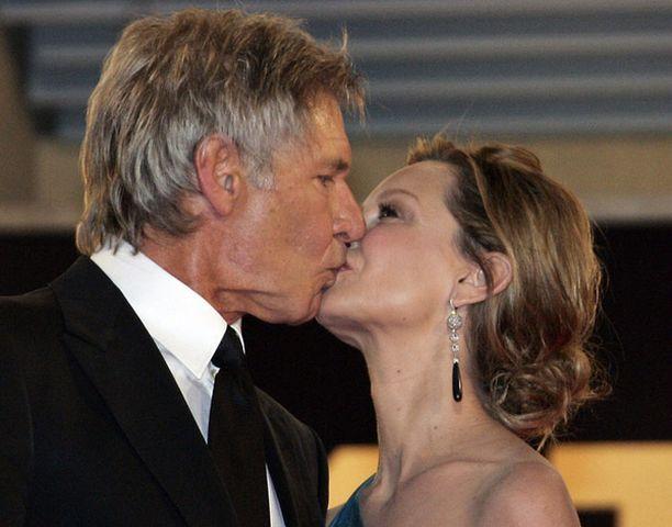 Harrison Ford ja hänen Ally McBeal -sarjasta tuttu puolisonsa Calista Flockhart suutelivat Indy-leffan ensi-illassa Cannesissa.