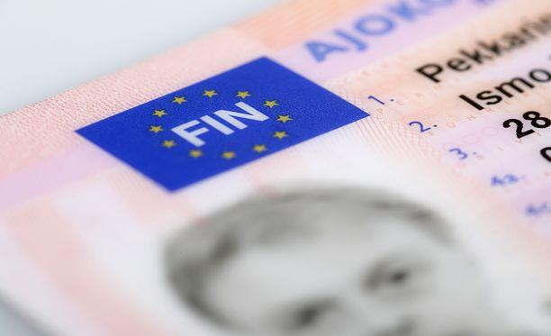 Tammikuusta 2019 lähtien ajokortti ei enää kelpaa henkilöllisyystodistukseksi joka paikassa.